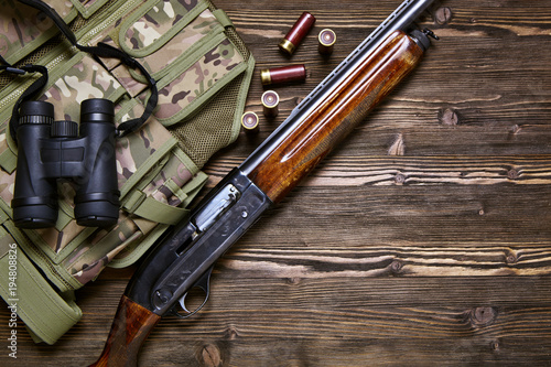 Poster de jardin Chasse Hunting rifle and ammunition on a wooden background.