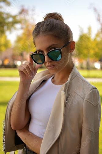 Fotografie, Obraz  Chica joven  dejando ver sus ojos por encima de las gafas