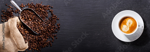 Foto auf AluDibond Kaffee cup of coffee and coffee beans in a sack, top view