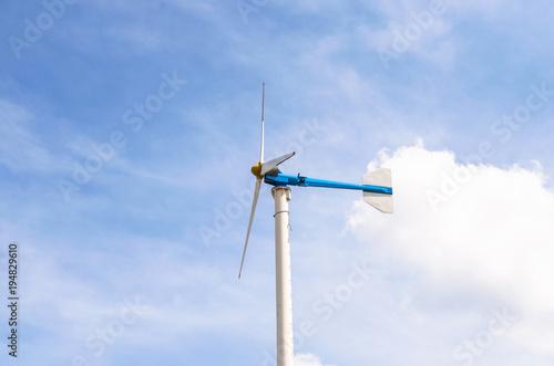 Zdjęcie XXL Turbina wiatrowa z błękitne niebo i chmury, energia odnawialna, wytwarzanie energii elektrycznej