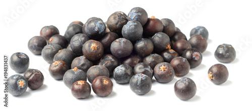 Fototapeta dried juniper berries isolated on white obraz