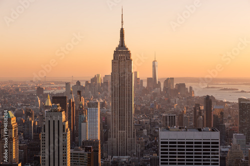 Foto op Canvas New York Golden sunset panoramic view of building and skyscrapers in Midtown and downtown skyline of lower Manhattan, New York City, USA.