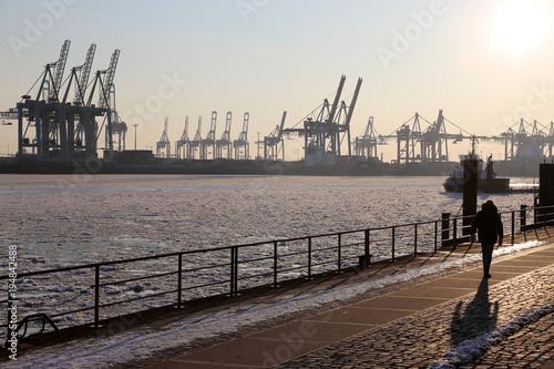 Foto auf AluDibond Port Hamburg Hafen mit gefrorener Elbe, Deutschland