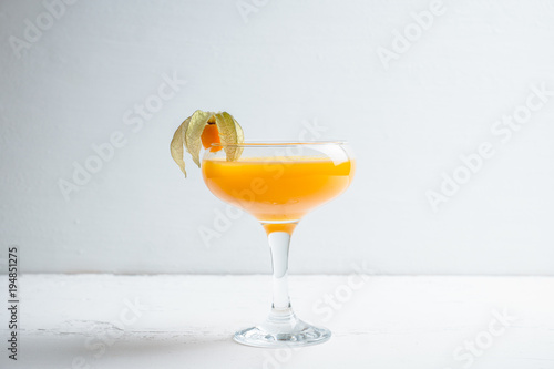 Fotografía Sweet cocktail with peach liquor and physalis