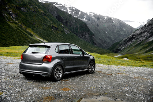 Foto Grey modern car parking at a viewpoint in the mountains of Norway facing towards the green valley