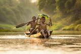 Azja dzieci cieszy się w łodzi na pięknej rzece - 194857252