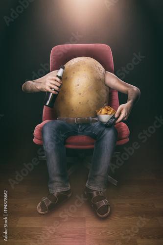 Fotografering  Kartoffel sitzt faul auf einem Sessel