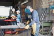 Metallarbeiter beim Schweißen von Stahl