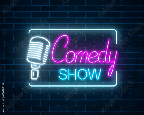 Obraz na plátně  Neon sign of comedy show with retro microphone symbol on a brick wall background