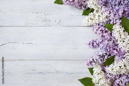 Poster de jardin Lilac A wooden background with flowering lilac branches