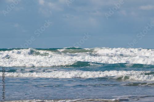 Plakat Fale rozbijające się na plaży w Bretanii