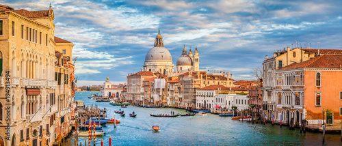 Photo Stands Venice Canal Grande with Basilica di Santa Maria della Salute at sunset, Venice, Italy