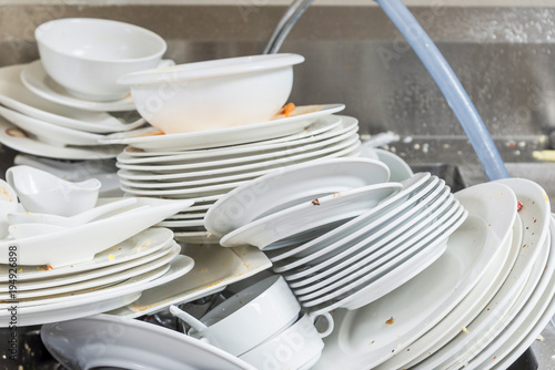 Photo Stands Ready meals The plate dishes in the kitchen waiting for cleaners in sink