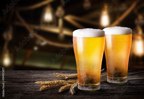 szklanki-lekkiego-piwa-z-jeczmienia-w-barze