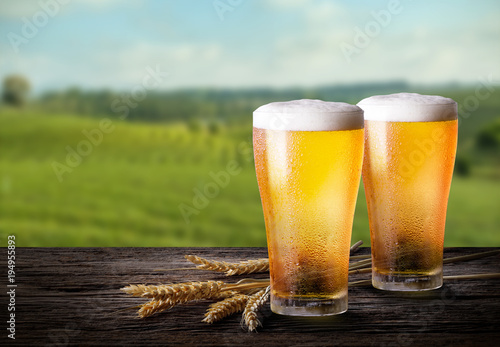 Fotomural Cold beer with wheat on wooden table