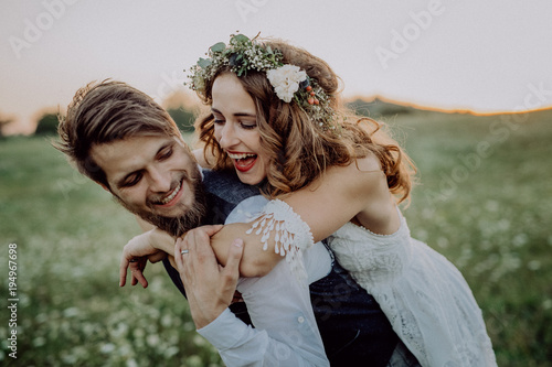 Foto Beautiful bride and groom at sunset in green nature.