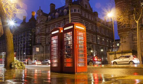 stare-kabiny-telefoniczne-w-londynskim-miescie-nocna-scena
