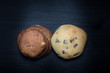 2 Arten runde Cookies Kekse American Style mit Schokolade braune und weiße