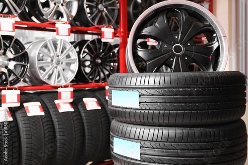 Fotografía  Car tires and alloy wheels in automobile store