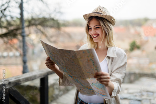 Foto  Happy female tourist sightseeing and exploring