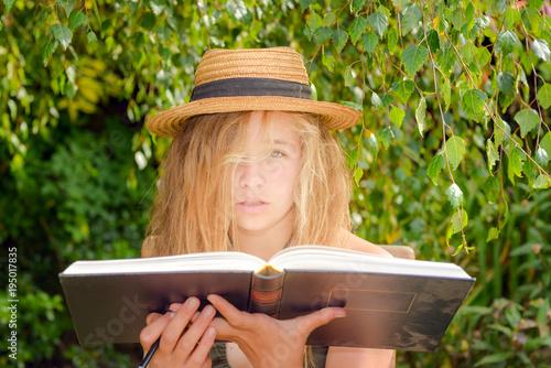 Foto  belle jeune fille révisant dans le jardin