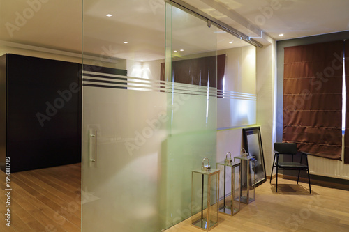 Obraz na plátně cloison porte coulissante en verre sablé dans intérieur loft
