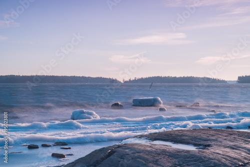 Plakat Morze jest coraz lodowate, zimna, nadchodzi zima