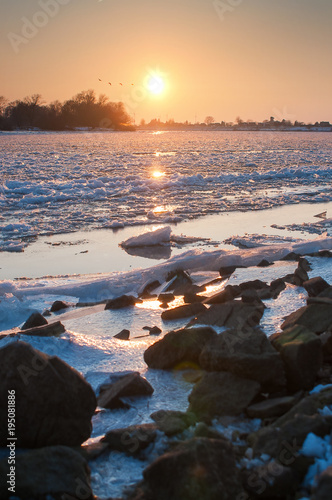 Papiers peints Cappuccino Frozen River Elbe at sunset with ice floes, Hamburg Northern Germany