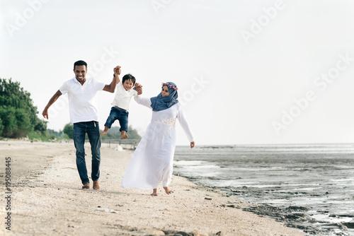 Fotografía happy family having fun at muddy beach located in pantai remis,Selangor,Malaysia