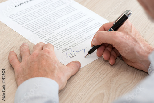Fotografía  Man signing a contract