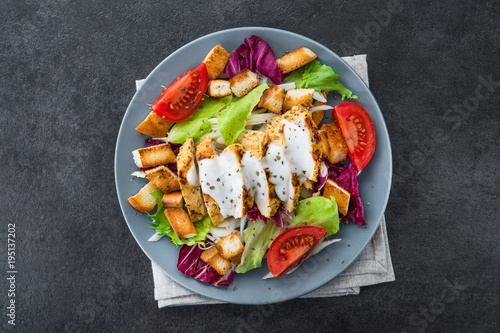 Fotografía  fresh salad with grilled chicken, tomato