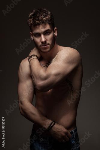 Papel de parede Modèle masculin à torse nu en studio