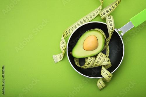 Staande foto Hoogte schaal Yellow measuring tape with avocado