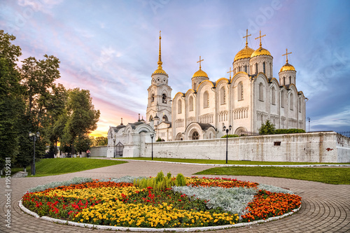 Edifice religieux Uspenskiy cathedral on sunset with flowerbed on foreground in Vladimir, Russia