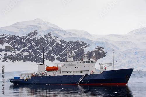 Poster Antarctique Expedition ship in Antarctic sea
