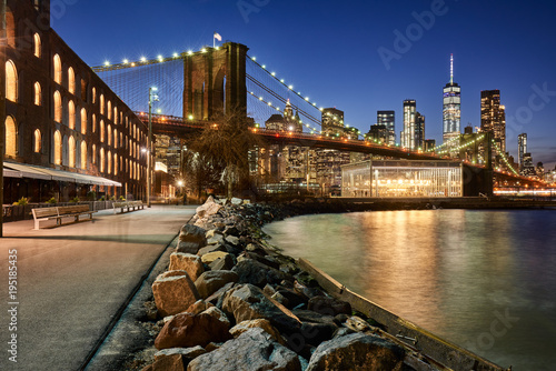 Tuinposter New York City Brooklyn Bridge Park riverfront at twilight with view on the skyscrapers of Lower Manhattan and the Brooklyn Bridge. Brooklyn, Manhattan, New York City