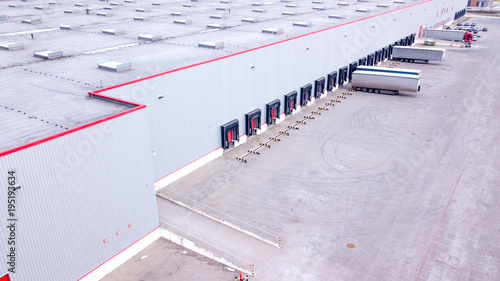 Fotografía  Aerial view on loading bays in distribution center. Aerial