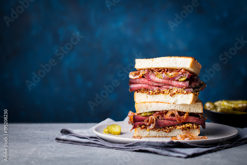 Staande foto Snack Roast beef sandwich on a plate with pickles. Copy space.