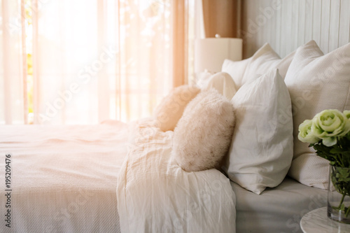 Fotografía  light soft pillow on beautiful bed cozy bedroom with sun light from window inter