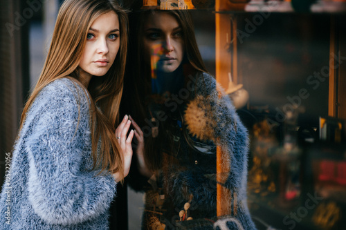 Photo Blue eyed amazing young girl self reflection portrait