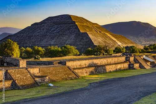 Staande foto Mexico Mexico. Teotihuacan (UNESCO World Heritage Site). The Pyramid of the Sun shined in sunset light. There is the Avenue of the Dead in the foreground