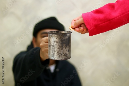 Photo Women hand giving money to beggar