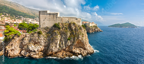 Poster de jardin Fortification Panoramic view to Lovrijenac fortress and Dubrovnik old town. Copy space in sky.