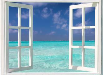 Koncepcja wakacje: otwarte okno na tropikalne, turkusowe wody