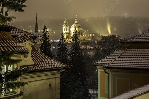 Plakat Romantyczny widok nocy miasto Praga w zimie. Praga, Republika Czeska