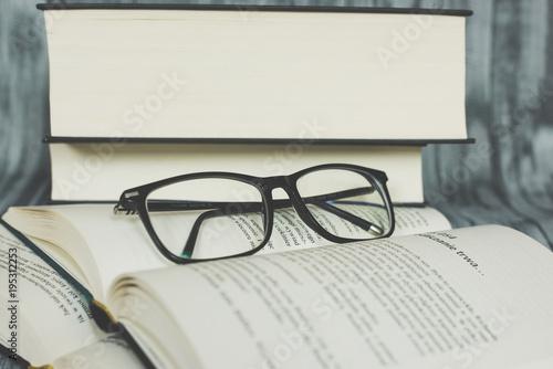 Obraz Książka i okulary  - fototapety do salonu