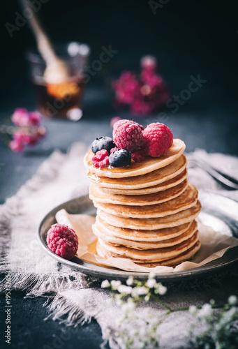 Frische Pancakes mit Ahornsirup und süßen Früchten