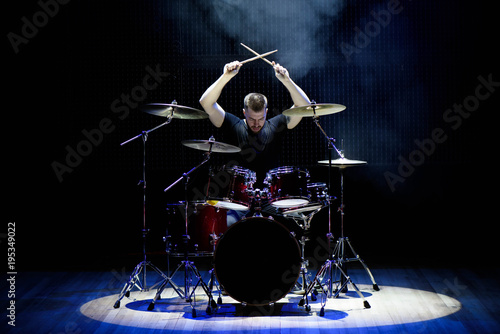 Photo Drummer playing the drums with smoke and powder in the background