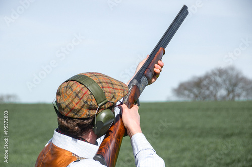 Fotografía A man with shotgun clay pigeon shooting
