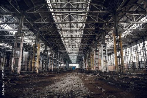 Papiers peints Les vieux bâtiments abandonnés Abandoned ruined industrial factory building, ruins and demolition